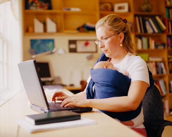 mamãe trabalhando com bebe no sling