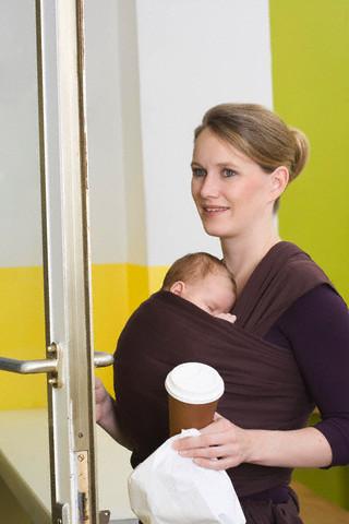 mamãe com bebê e sling