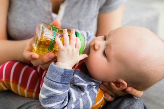 bebe-mamando-suco